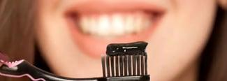 El peligro de blanquear tus dientes con carbón activado