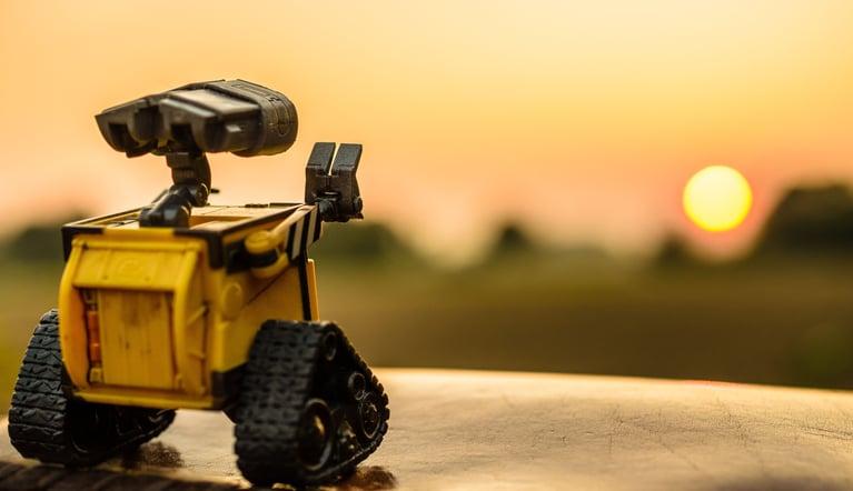 Robot jaune fait coucou soleil