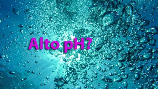 ¿Qué causa un pH alto en una piscina?