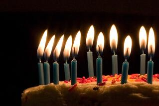 Blue_candles_on_birthday_cake.jpg