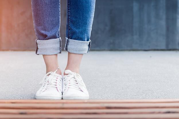 feet-white-canvas-sneakers
