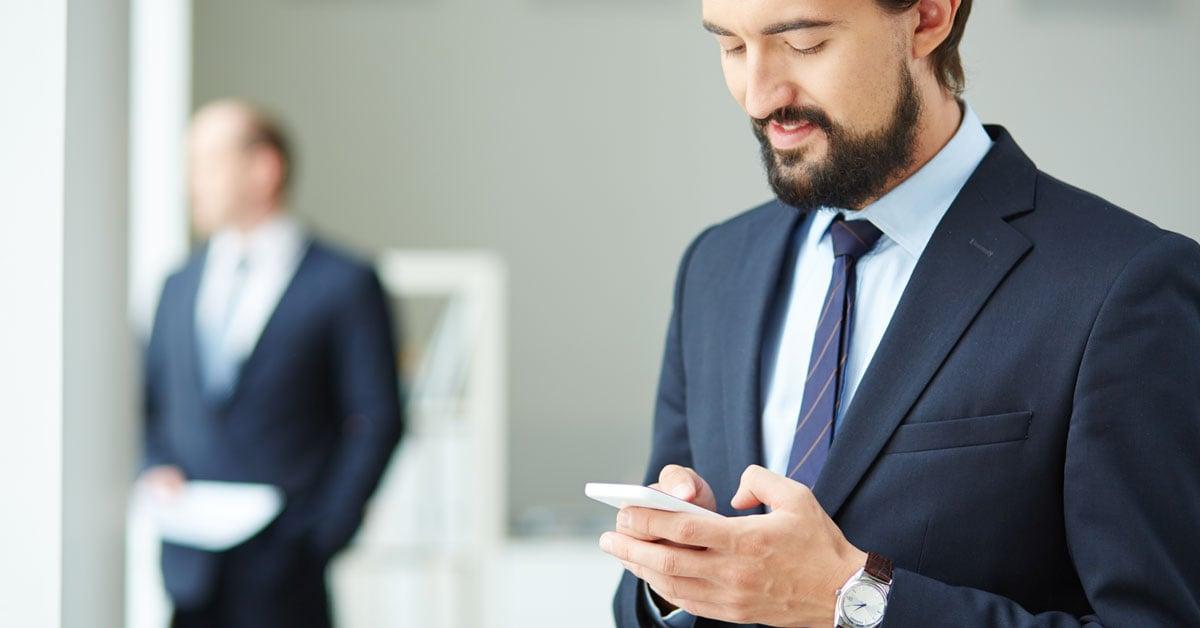 Hombre revisando seguridad en el celular