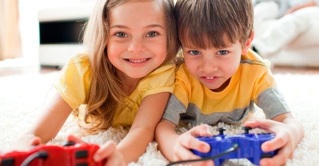 Niños solos con videojuegos