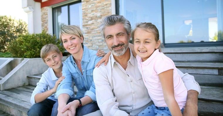 familia contenta por cámara de seguridad