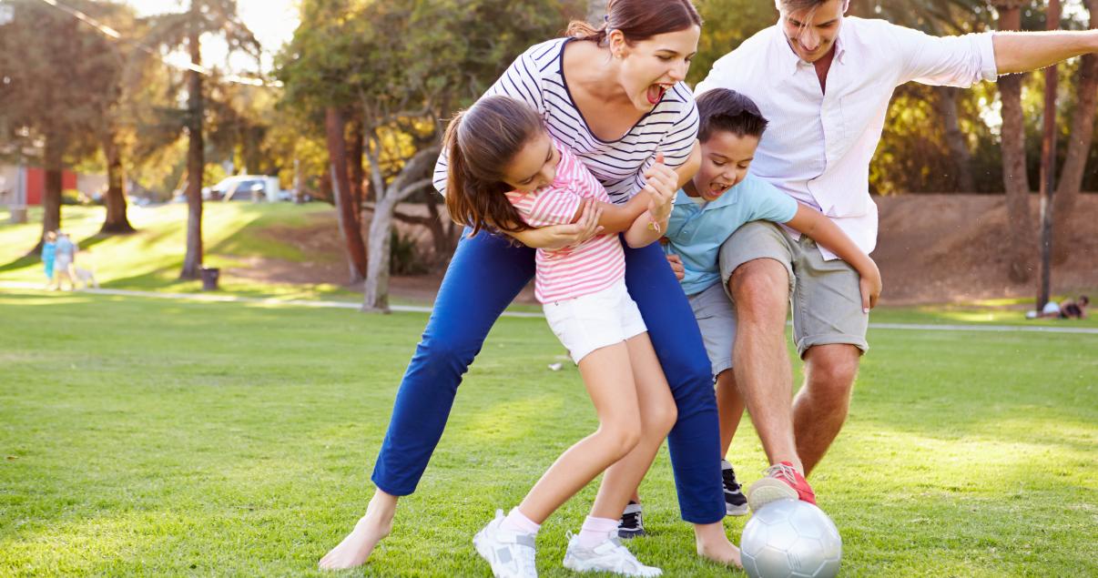 Familia jugando al futbol fuera de la web