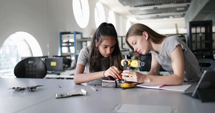 Talleres extracurriculares originales: el emprendimiento, la robótica y la programación para escolares