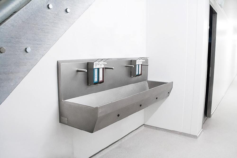 Wasbakken met zeepdispenser