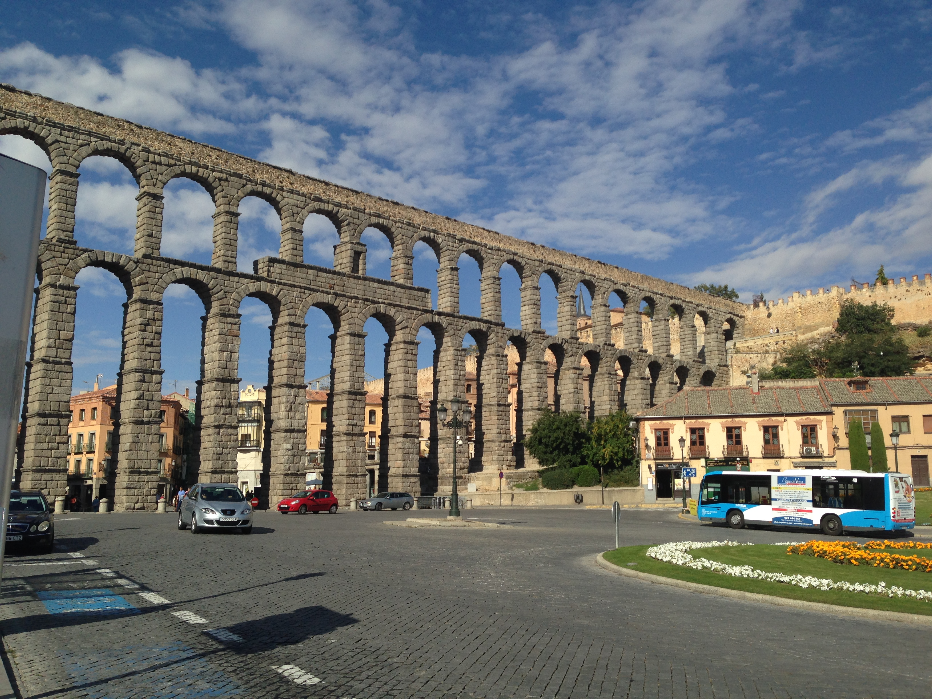 Proctor en Segovia students take local bus with aqueduct in background