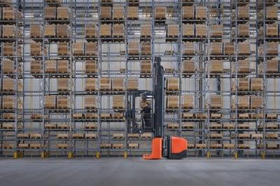 upphöjd truckförare vid ställage