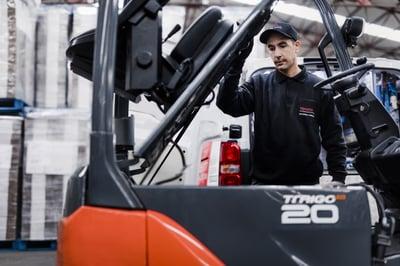 toyota truck servas av tekniker