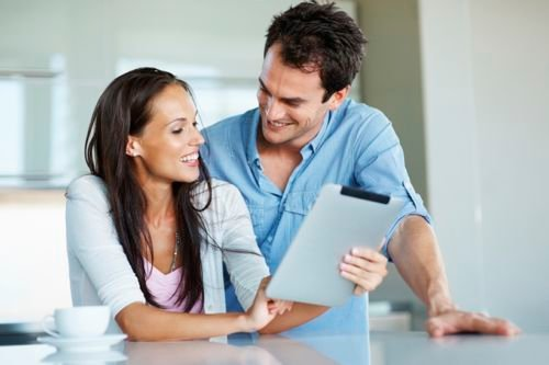istock-couple-tablet