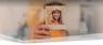 Une femme tenant sa photo dans l'appareil photo