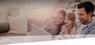 Junge Familie surft mit dem Tablet im Internet