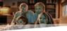 Grosseltern mit Enkelkindern schauen digitale TV