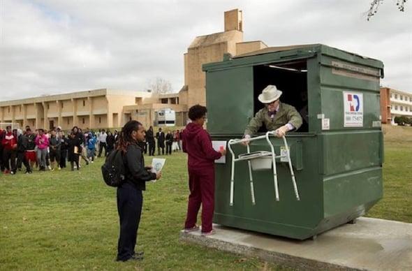 Il cassonetto dei rifiuti diventa una casa sostenibile!