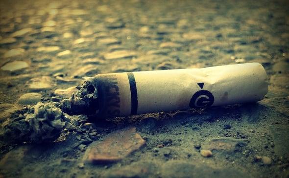 Mozziconi di sigaretta: vietato gettarli a terra, sono rifiuti tossici