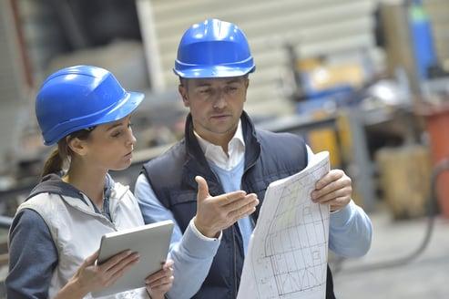 ingenieros consultando tipos de tubos