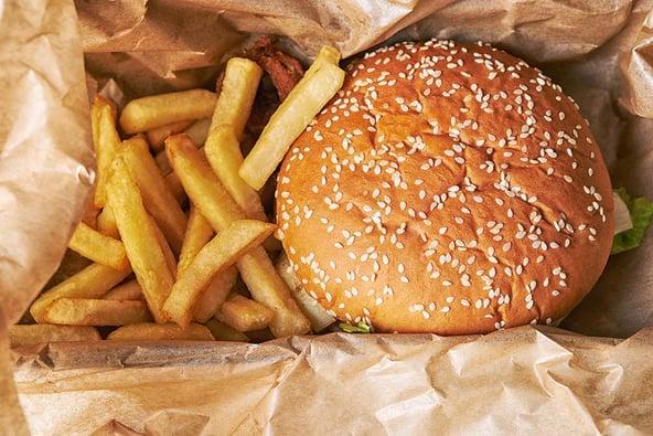 Hoe blijft een hamburger warm bij bezorging?