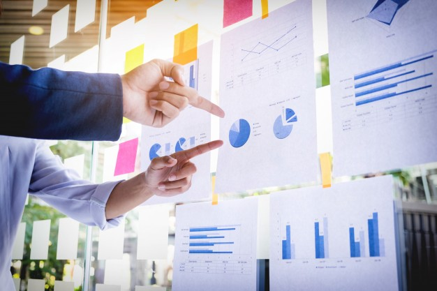 businessman-making-presentation-with-his-colleagues-and-business-strategy-digital-layer-effect-at-the-office-as-concept_1423-123