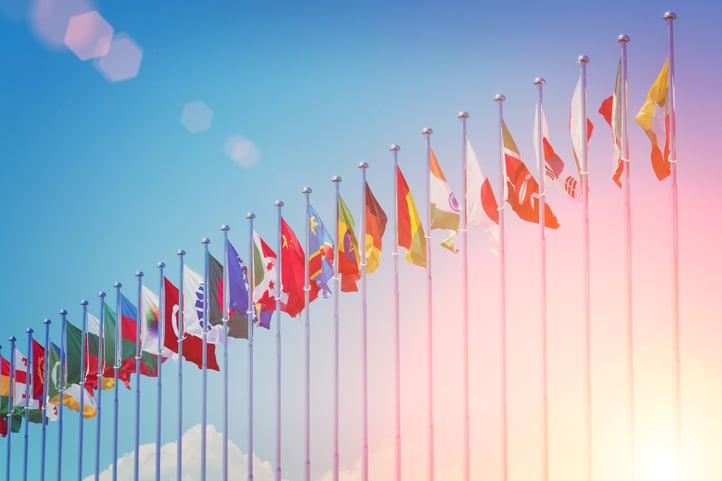 Anton Watman by Shutterstock, eri maiden lippuja rivissä auringonlaskun aikaan, gateway-yhteydet ovat kansainvälisiä
