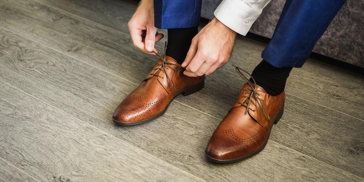 mies ja kengät