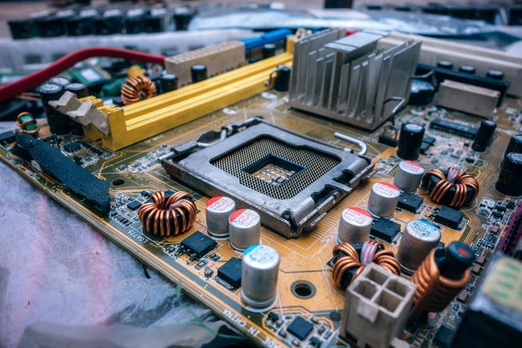 blur-capacitors-chip-825259