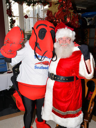 Pincher_and_Santa_Claus_Vince_Vance_Kids_Holidays_at_Deanies_Seafood_Restaurant.jpg