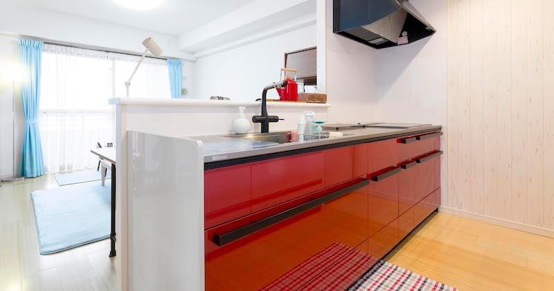 「白」から「赤」に大変身! 3種類の壁紙を組み合わせたおしゃれなキッチン
