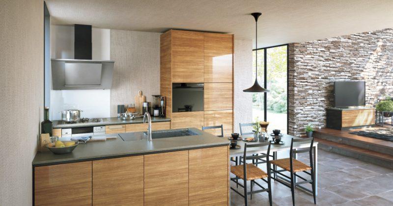 キッチンの扉と合わせたリビング収納で一体感
