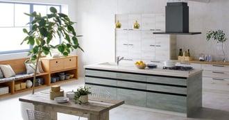 北欧スタイルの空間に藍染め調の木目キッチン