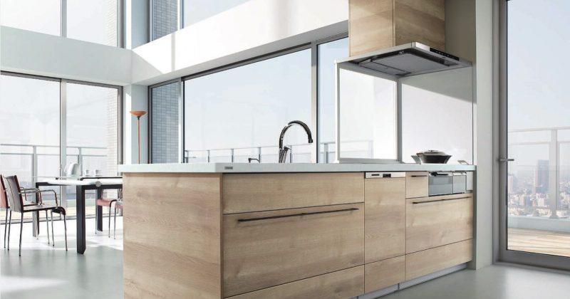 都会的空間に温もりをもたらすナチュラルなペニンシュラ型キッチン