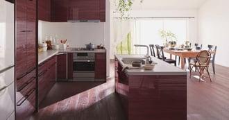 ウッディな床と木目のアイランドキッチンで開放的なLDK