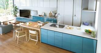北欧風のリビングにグリーンを効かせた自然志向のキッチン