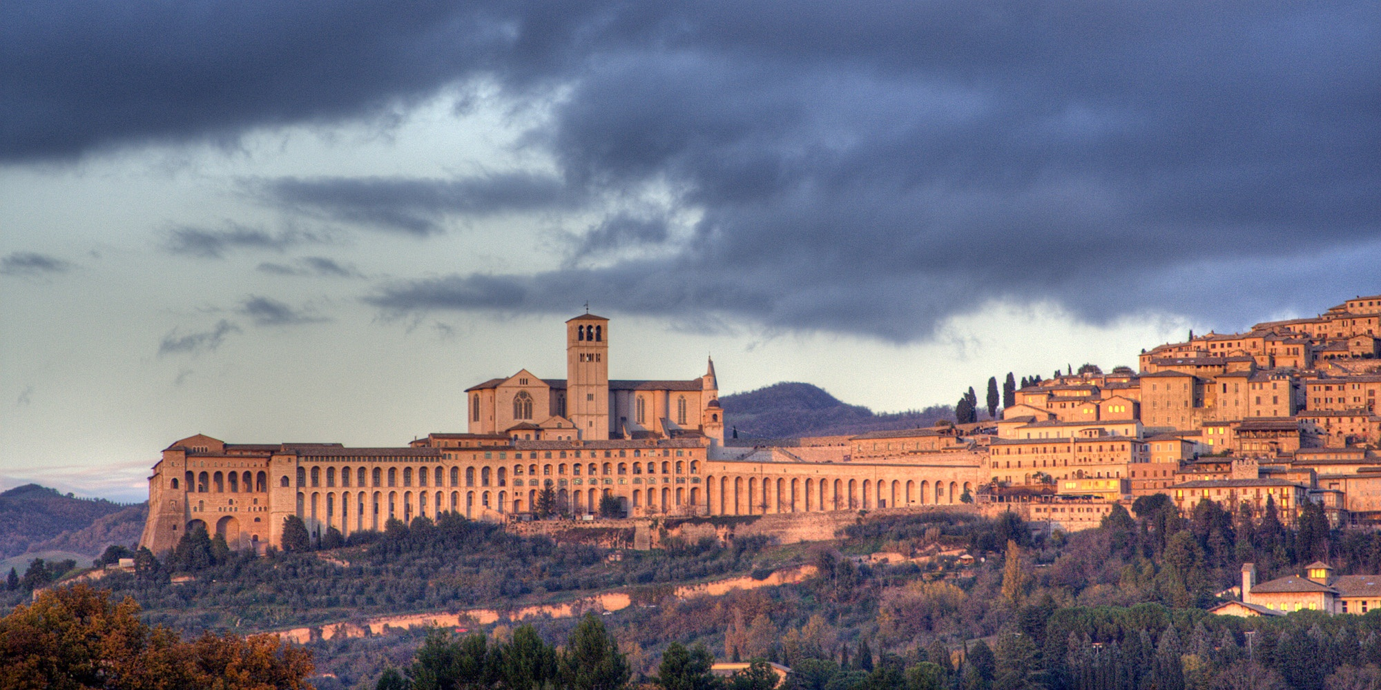 Wikimedia Commons_Assisi-skyline.jpg