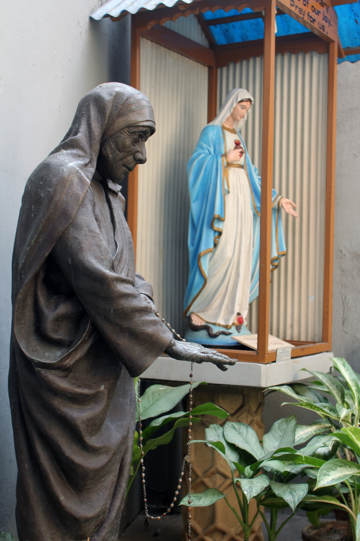 Statue of Mother Teresa in Calcutta, India | csp_zatletic