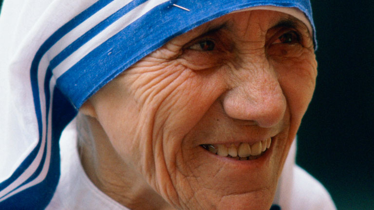 Mother Teresa smiles for reporters. Image: Wikimedia Commons