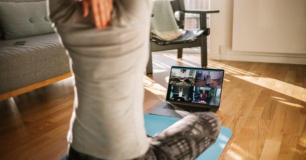 Insegnante di yoga tiene una lezione via videoconferenza a causa della pandemia di covid-19