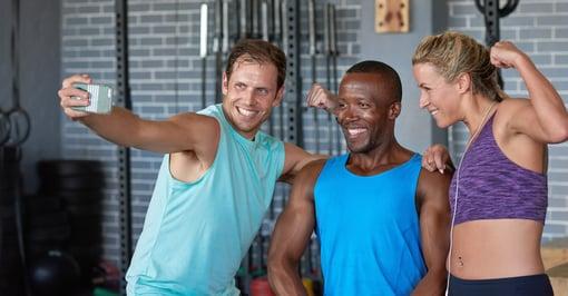 Gruppo di istruttori di fitness scatta una foto per il profilo social della palestra
