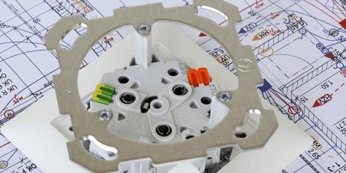 Installation électrique : engager un électricien ou la faire soi-même ? (Avantages & inconvénients)