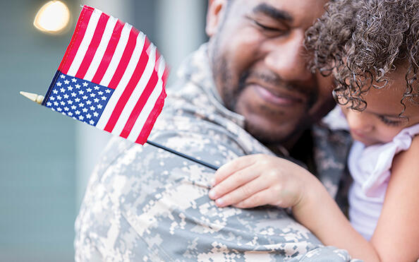 soldier_holding_little_girl 400x250
