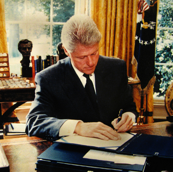clinton_at_desk_oval_office_sofa_blog_bill-clinton-at-work-desk-1