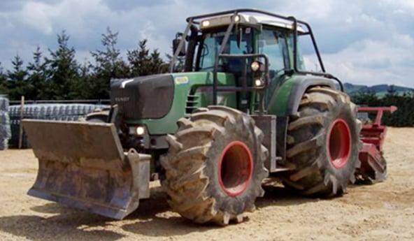Pneu agraire standard ou pneu tracteur forestier pour le déboisement ?