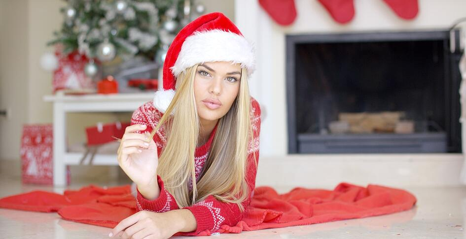 adorable-girl-in-christmas-outfit-lying-on-the-PTDMYMF-min