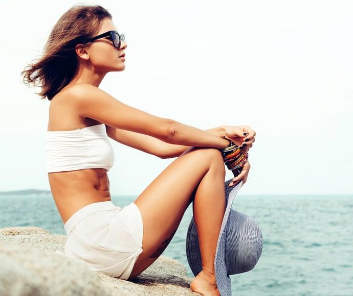 summer-fashion-woman-posing-on-ocean-seashore-PGYB4EE-min