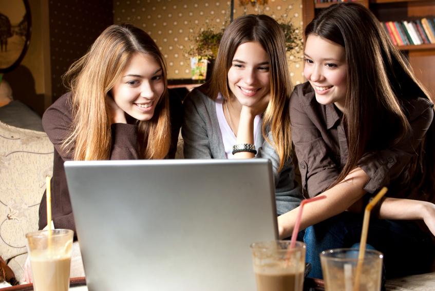 women_blogging_laptop