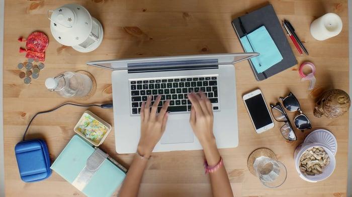 woman-working-on-laptop-top-view_rji-coeul_thumbnail-full01