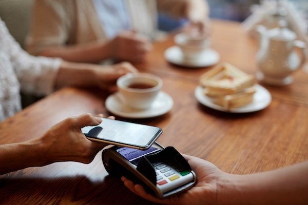 Mobiililla_maksaminen_kahvila