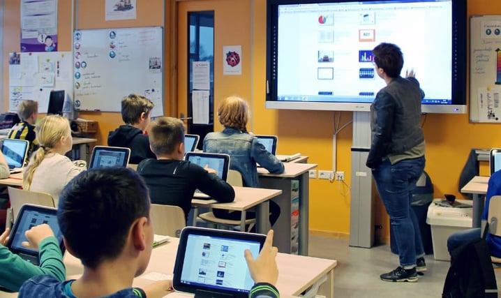 Lerares geeft les in een digitale leeromgeving