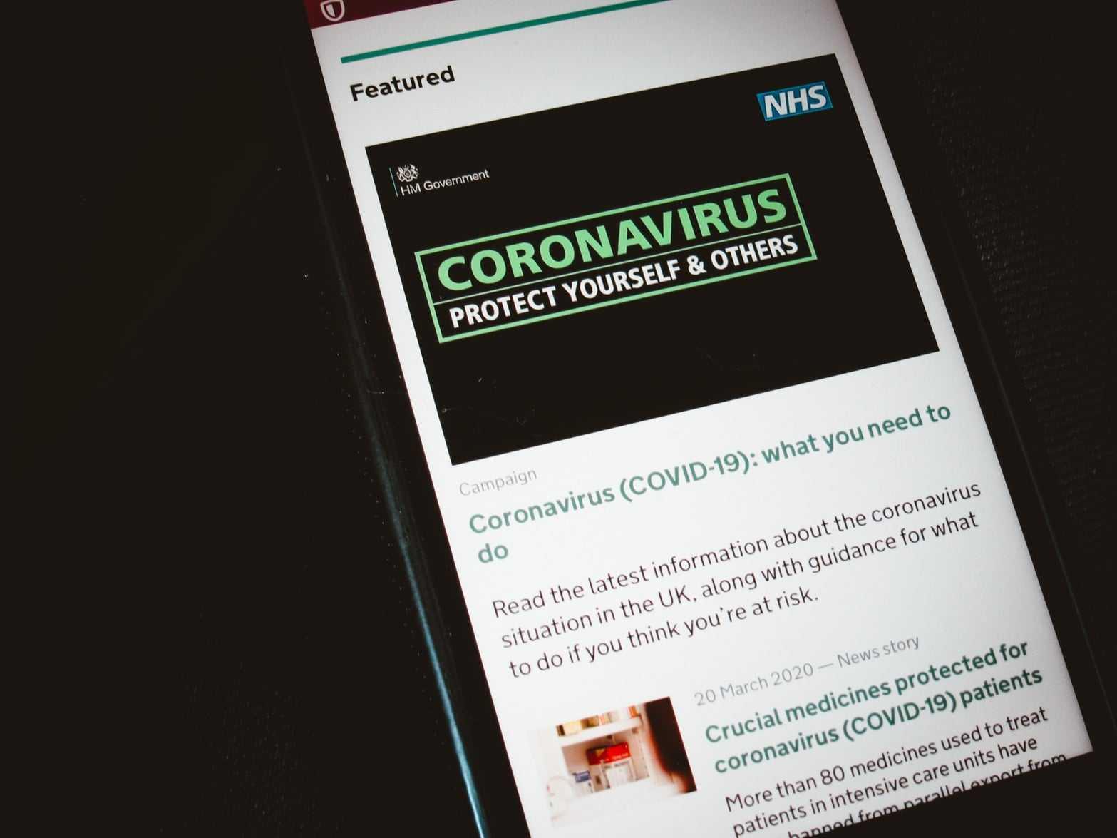 celular-con-noticias-sobre-coronavirus-min
