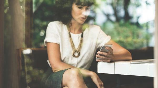 vrouw met iphone-1